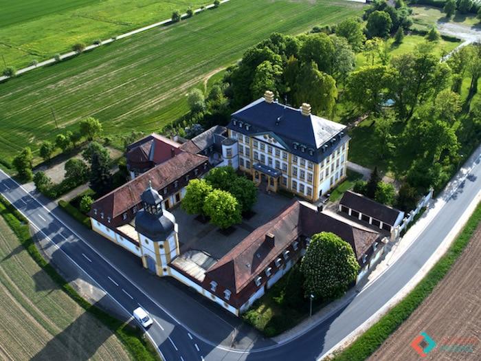 Hier sehen Sie das Schloss Jaegersburg in Vogelperspektive. Die in den Franken gelegene Eventlocation besteht aus verschiedenen Gebäudekomplexen, die allesamt angemietet werden können.